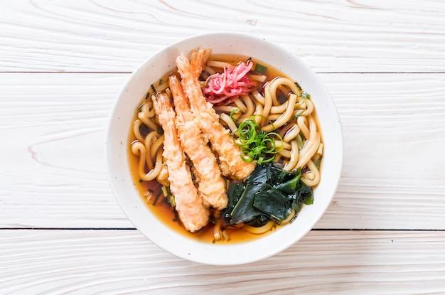 Udon ramen nudeln mit garnelen tempura Premium Fotos