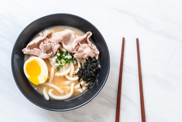 Udon-ramen-nudeln mit schweinefleischsuppe Premium Fotos