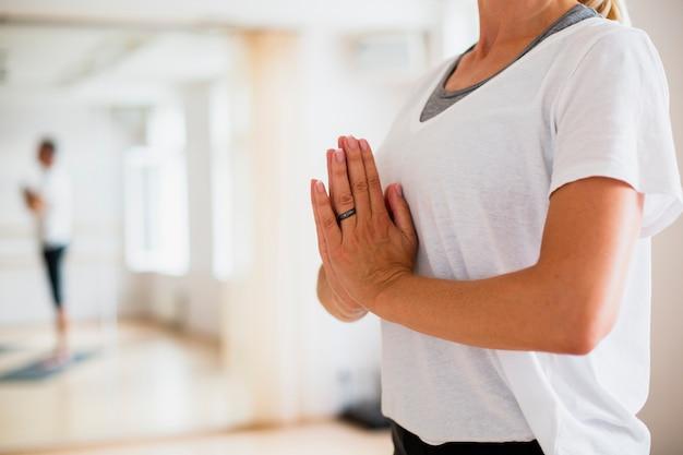Übendes yoga der älteren frau Kostenlose Fotos