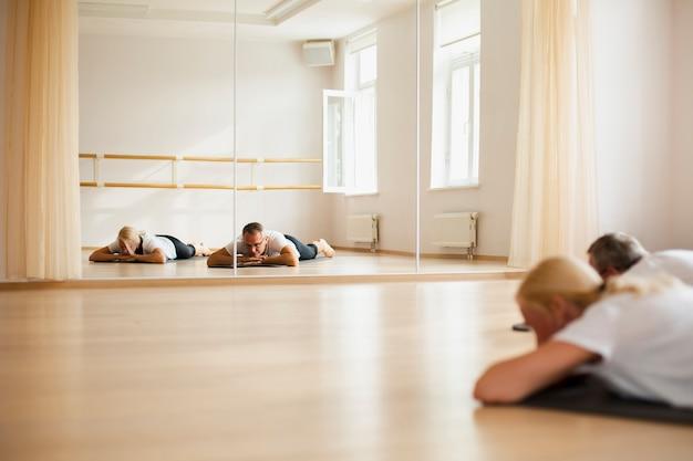 Übendes yoga der älteren paare zusammen Kostenlose Fotos