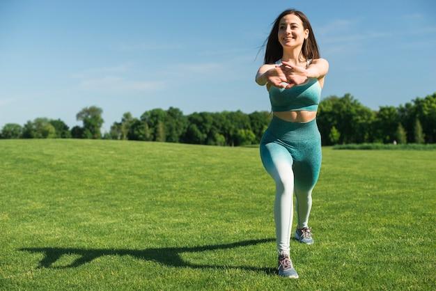 Übendes yoga der athletischen frau im freien Kostenlose Fotos