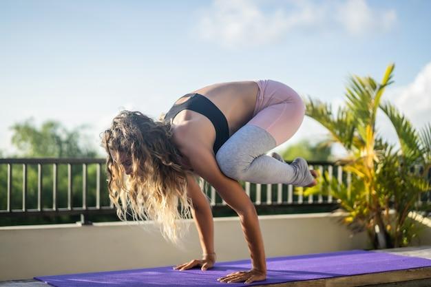 Übendes yoga der jungen frau Kostenlose Fotos