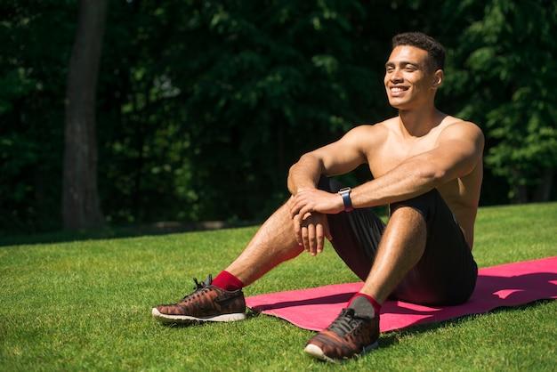 Übendes yoga des athletischen mannes im freien Kostenlose Fotos