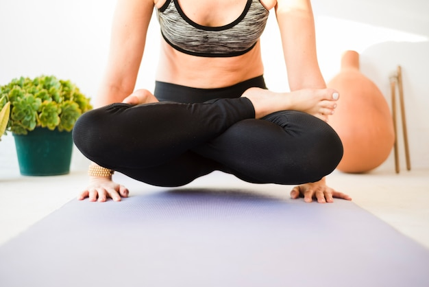 Übendes yoga des entspannten mädchens zu hause Kostenlose Fotos