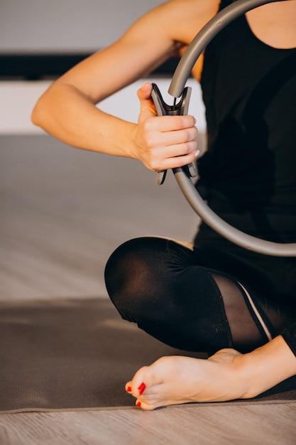 Übendes yoga und pilates der frau Kostenlose Fotos