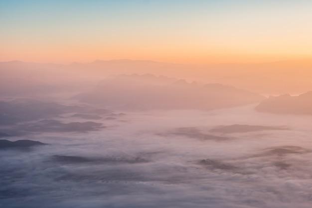 Über ansicht bunter himmel mit wolken am sonnenaufgang Premium Fotos