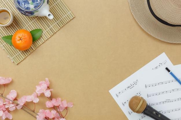 Über ansicht chinese & lunar neues jahr mit musikblatt merkt konzepthintergrund kopieren sie platz für kreativen designtext oder -schrift. unterschied wendet auf dem modernen rustikalen braunen hölzernen zu hause schreibtisch ein. Premium Fotos