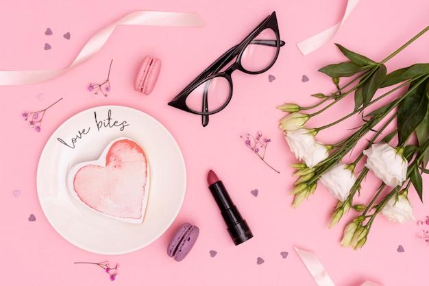 Über ansichtdekoration mit blumen und gläsern Kostenlose Fotos