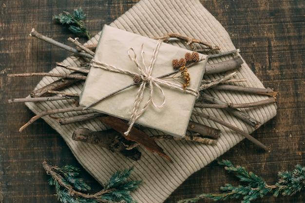 Über ansichtdekoration mit geschenk und den zweigen auf strickjacke Kostenlose Fotos