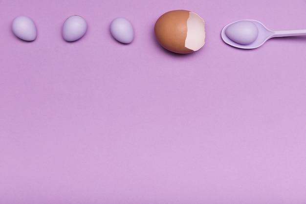 Über ansichtfeld mit eierschale und süßigkeit Kostenlose Fotos