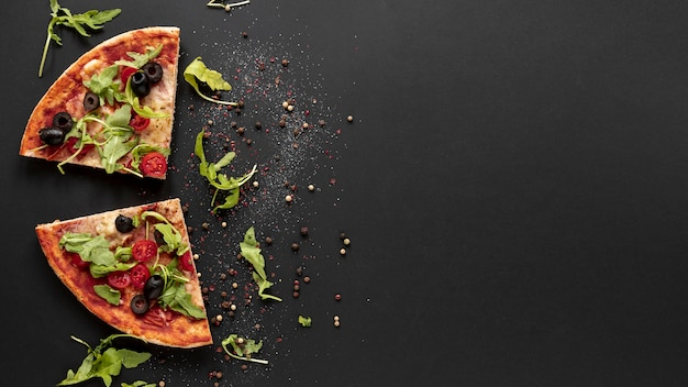 Über ansichtrahmen mit pizza und schwarzem hintergrund Kostenlose Fotos