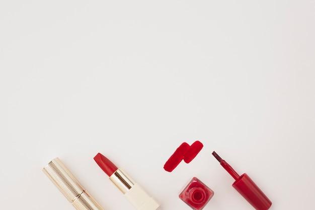 Über rotem lippenstift und nagellack der ansicht mit kopieraum Kostenlose Fotos
