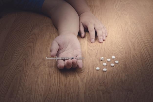 Überdosierung männliche drogenabhängige hand, drogen betäubungsmittel spritze Premium Fotos