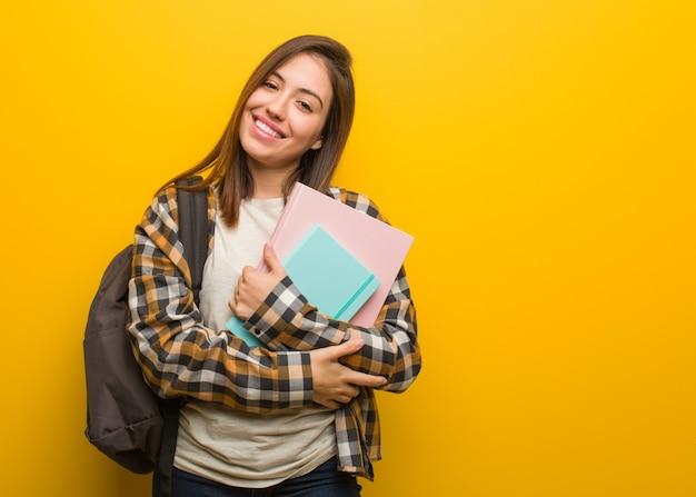 Überfahrtarme der jungen studentenfrau, lächelnd und entspannt Premium Fotos