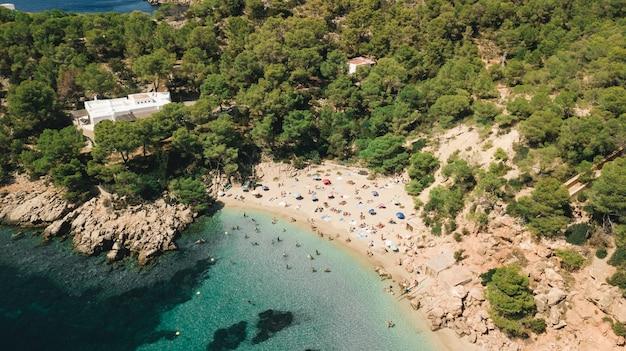 Überfüllter spanischer strand in ibiza, balearen, spanien Premium Fotos