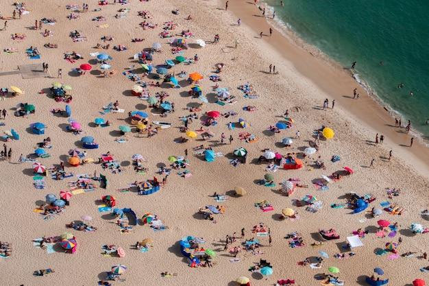 Überfüllter strand Premium Fotos