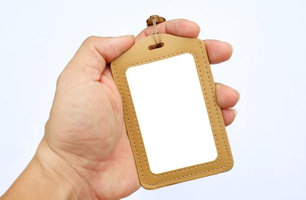 Übergeben sie das halten von leeren ausweiskarten und -abzugsleinen auf weißem hintergrund Premium Fotos
