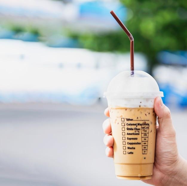 Übergeben sie das zeigen der frischen eiskaffeetasse, erfrischung mit eiskaffeetasse Kostenlose Fotos