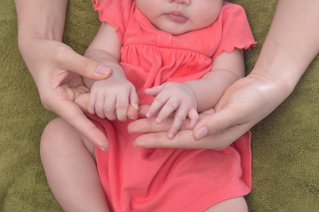 Übergibt das schlafende baby in den händen der mutter Premium Fotos