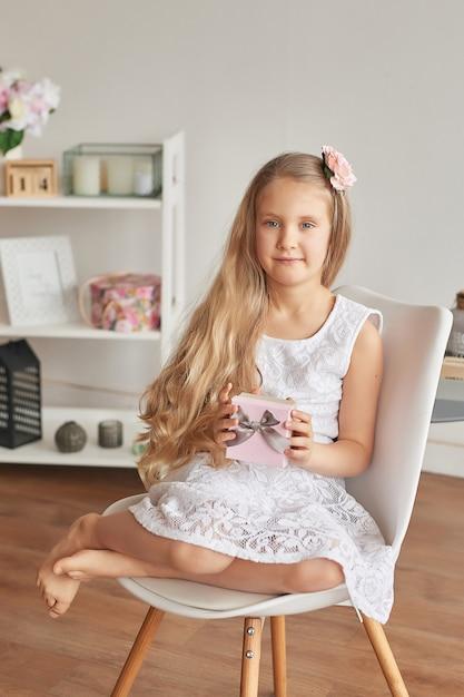 Überglückliches kleines mädchen mit geschenk Premium Fotos