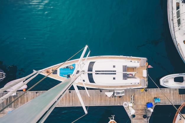Überkopfaufnahme eines segelboots, das in der bucht von san diego angedockt ist Kostenlose Fotos