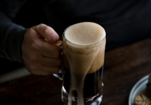 Überlaufendes bier Kostenlose Fotos