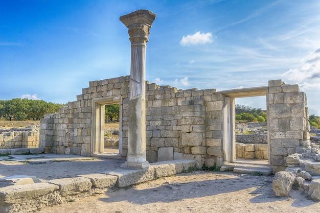 Überlebende säule der basilika in chersonesos auf der krim. Premium Fotos
