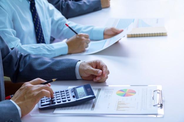 Überprüfung von finanzberichten bei der analyse der kapitalrendite Premium Fotos