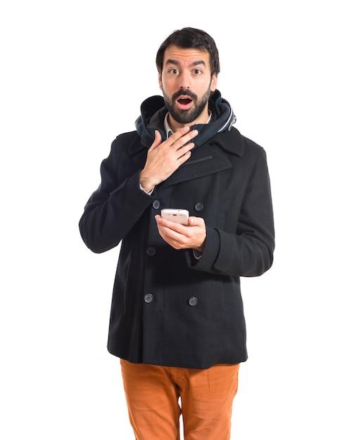 Überrascht mann spricht mit mobilen Kostenlose Fotos