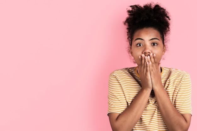 Überraschte frau, die mit den händen auf mund aufwirft Kostenlose Fotos
