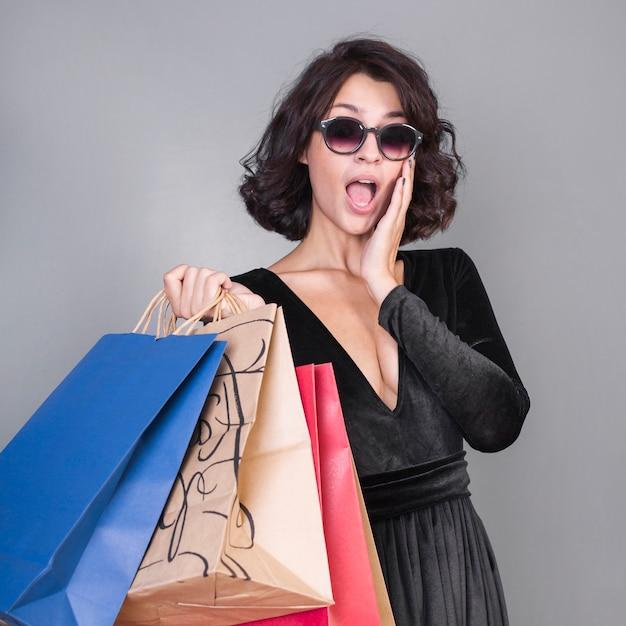 Überraschte frau mit einkaufspaketen Kostenlose Fotos