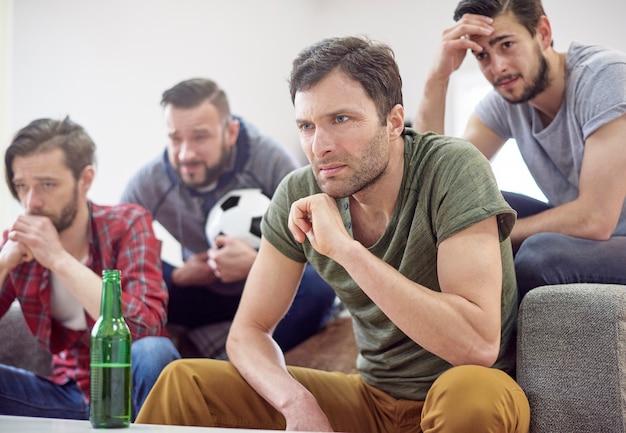 Überraschte männer nach dem fußballspiel Kostenlose Fotos