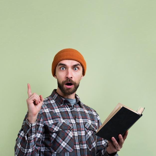 Überraschter mann, der oben finger zeigt Kostenlose Fotos