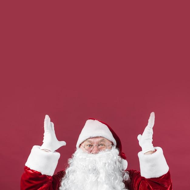 Überraschter weihnachtsmann mit den händen oben Kostenlose Fotos