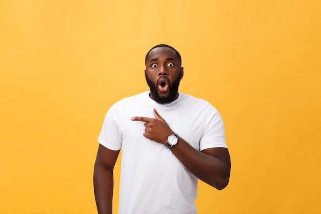 Überraschtes tragendes weißes t-shirt händchenhalten des jungen afroamerikanerhippies in überraschter geste Premium Fotos