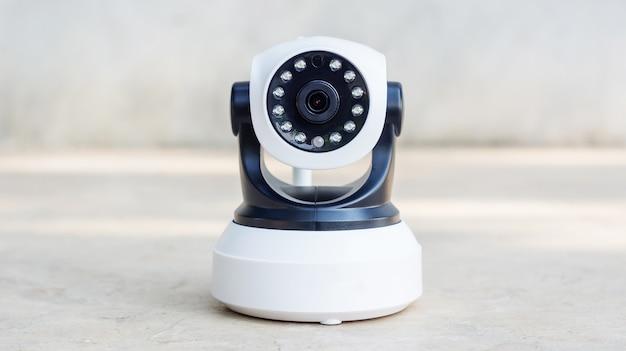 Überwachungskamera auf einem grauen hintergrund. Premium Fotos