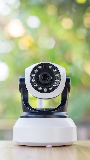 Überwachungskamera auf einem holztisch. Premium Fotos