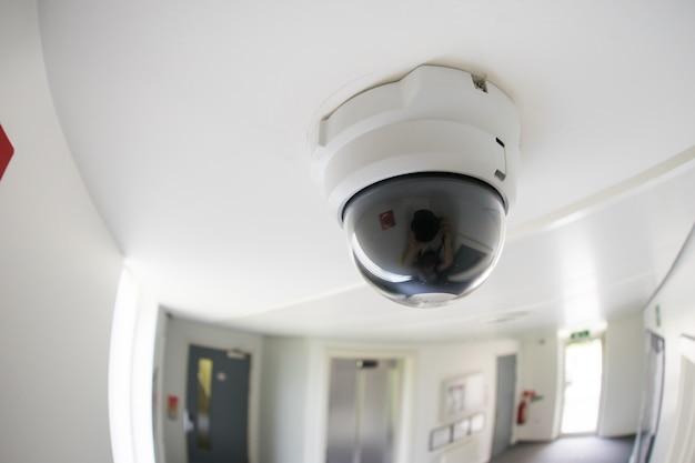 Überwachungskamera im bürogebäude Premium Fotos