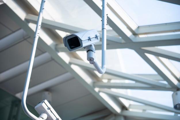 Überwachungskamera in der u-bahnstation Premium Fotos