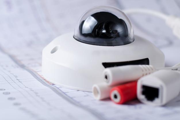 Überwachungskamera-sicherheitssystem. videosicherheit auf einem tisch. gut für die site oder werbung des sicherheitsdienstingenieurunternehmens Premium Fotos