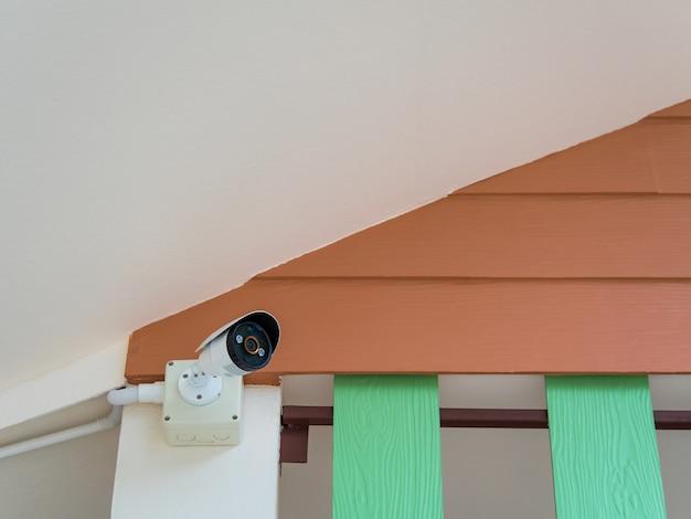 Überwachungskamera unter dem dach Premium Fotos
