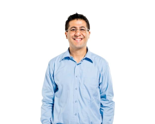 Überzeugter mann, der steht und lächelt Kostenlose Fotos
