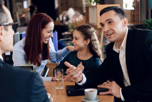 Überzeugter vater mit familie im büro des familienrechtsanwalts Premium Fotos