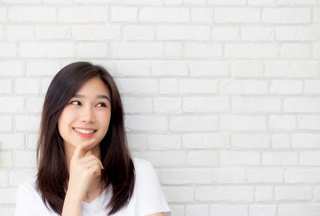 Überzeugtes denken der schönen asiatischen frau des porträts Premium Fotos
