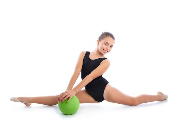 Übung der rhythmischen gymnastik des kindermädchenballs auf weiß Premium Fotos