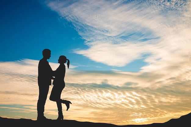Üppige liebhaber im schönen sonnenunterganghimmel, liebe am valentinstag Premium Fotos