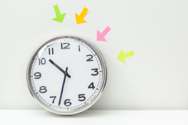 Uhr an einem bürotisch Premium Fotos