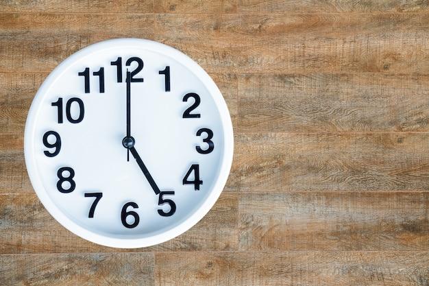 Uhr auf holz hintergrund Kostenlose Fotos