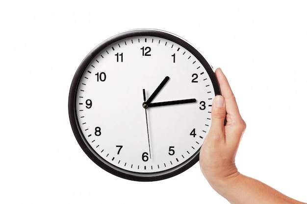 Uhr in händen, isoliert auf weiss Premium Fotos