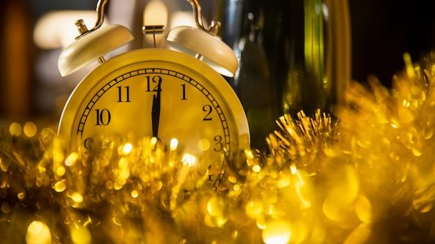 Uhr zwischen goldenen verzierungen Kostenlose Fotos